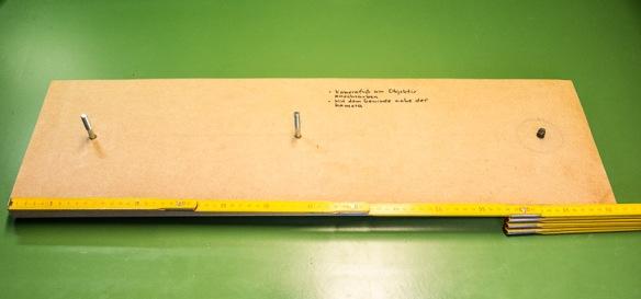 Das Grundbrett mit der Bohrung rechts für die Befetigung der Kamera und Links zei Bohrungen zur Befestigung der Bühne für den Diaprojektor. Maße ca 75 x 25 cm.
